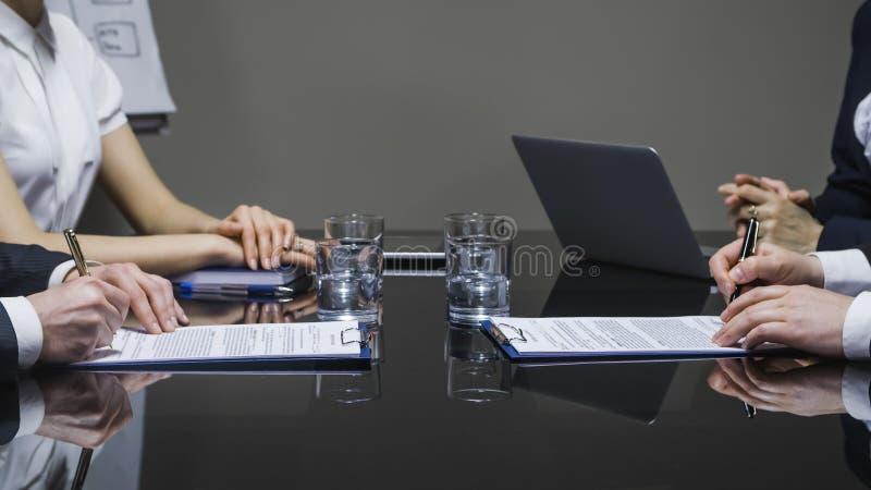 Επιχειρηματίες που υπογράφουν τις συμβάσεις στοκ φωτογραφία με δικαίωμα ελεύθερης χρήσης