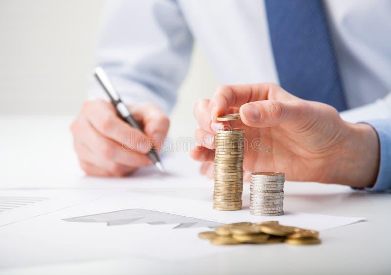 Επιχειρηματίες που υπολογίζουν το κέρδος στοκ εικόνες
