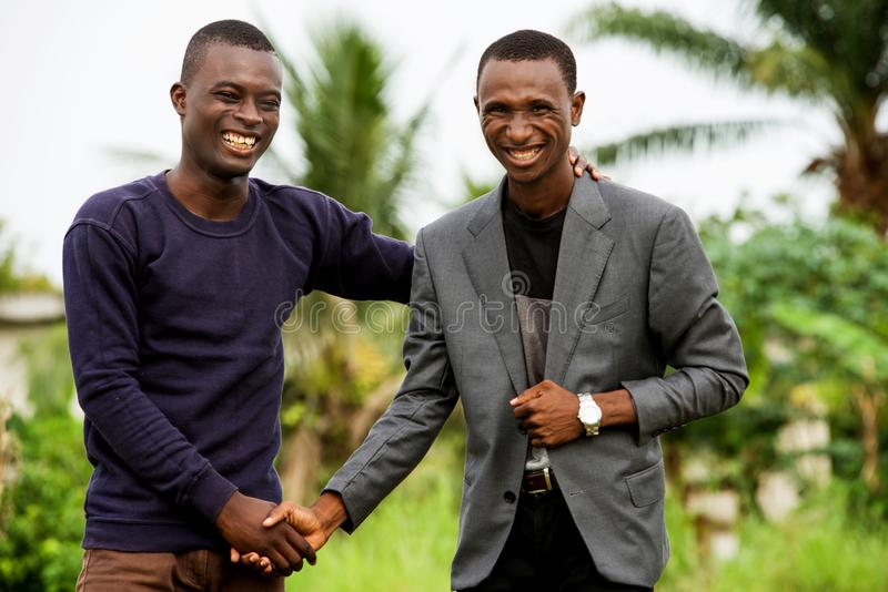 Επιχειρηματίες που χαιρετούν ο ένας τον άλλον υπαίθρια στοκ εικόνες