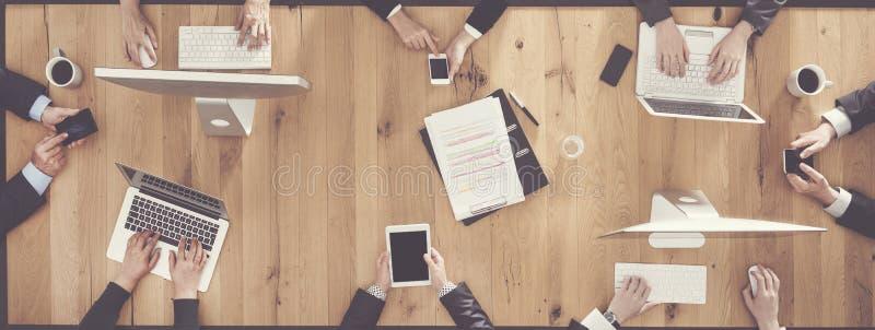 Επιχειρηματίες που χρησιμοποιούν τις ψηφιακές συσκευές στοκ εικόνες με δικαίωμα ελεύθερης χρήσης