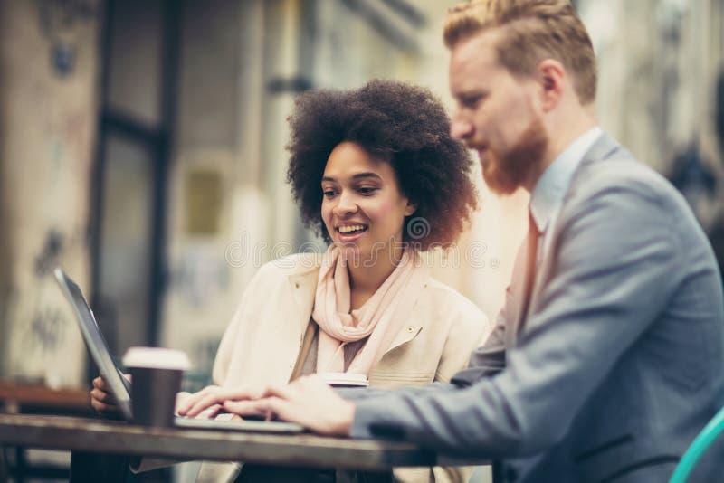 Επιχειρηματίες που χρησιμοποιούν το lap-top υπαίθριο στοκ φωτογραφία με δικαίωμα ελεύθερης χρήσης