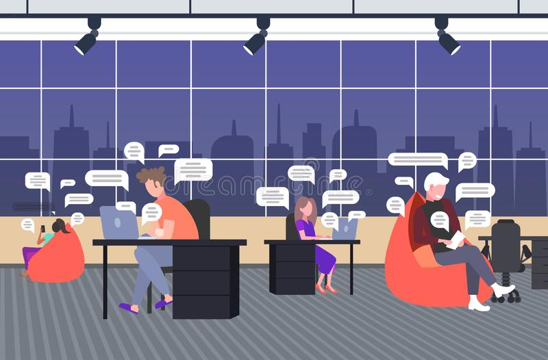 Επιχειρηματίες που χρησιμοποιούν smartphones online chatting app, συζήτηση μέσω κοινωνικών δικτύων συνομιλία με φυσαλίδα, επιχείρ ελεύθερη απεικόνιση δικαιώματος