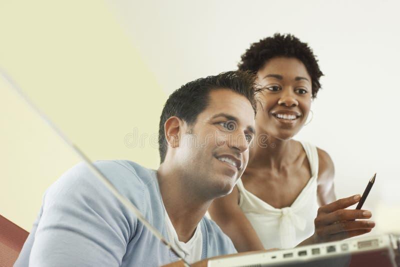 Επιχειρηματίες πολυάσχολοι πέρα από το lap-top στοκ εικόνες με δικαίωμα ελεύθερης χρήσης