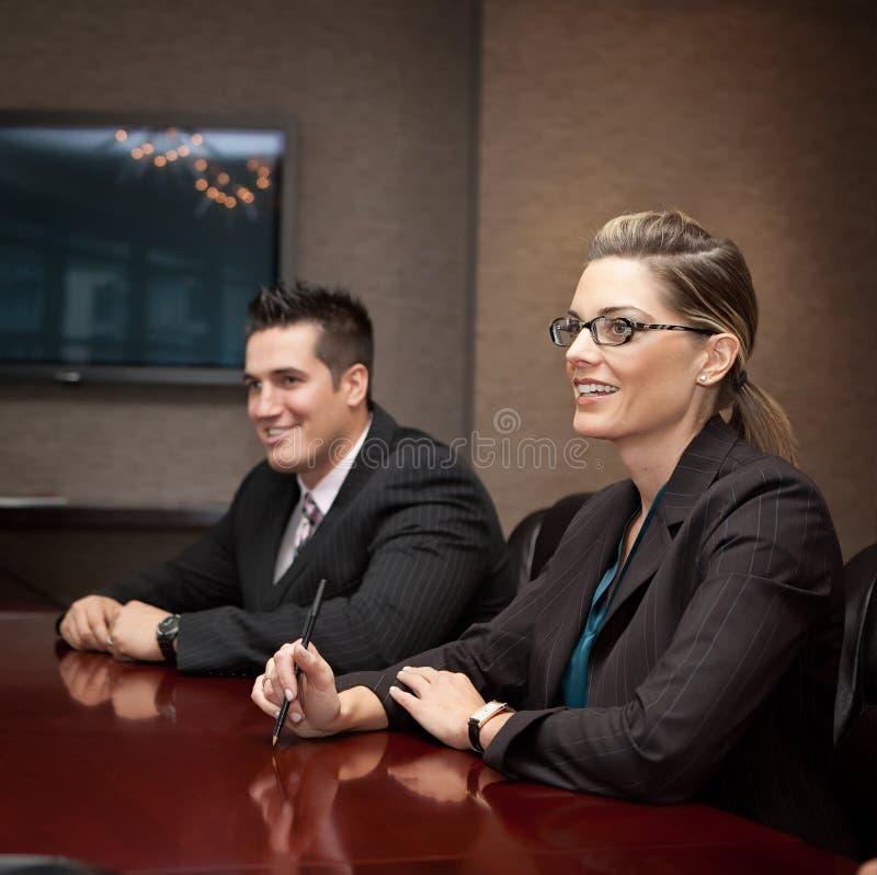 Επιχειρηματίες σε μια συνεδρίαση στοκ φωτογραφίες με δικαίωμα ελεύθερης χρήσης