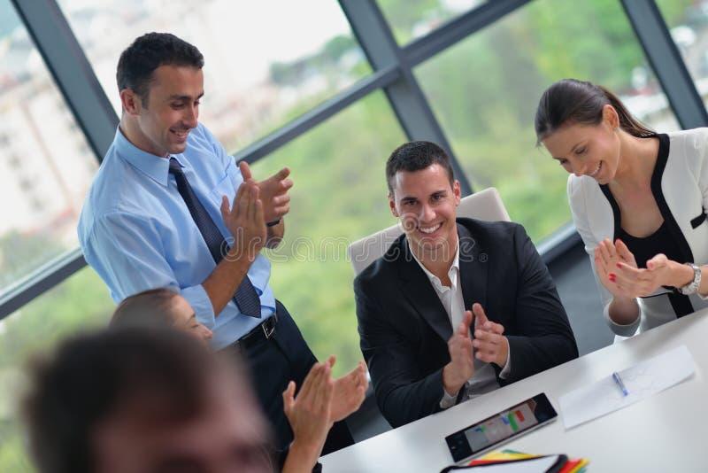 Επιχειρηματίες σε μια συνεδρίαση στο γραφείο στοκ φωτογραφία με δικαίωμα ελεύθερης χρήσης
