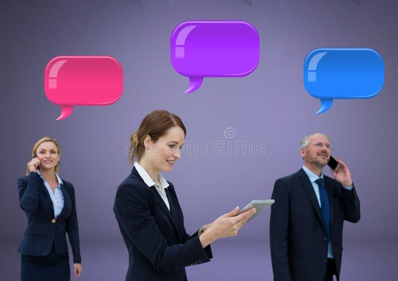 Επιχειρηματίες στα τηλέφωνα με τη λαμπρή ομάδα φυσαλίδων συνομιλίας στοκ εικόνες