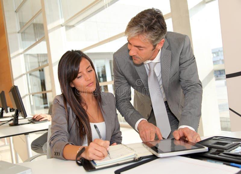 Επιχειρηματίες στην εργασία στοκ εικόνες