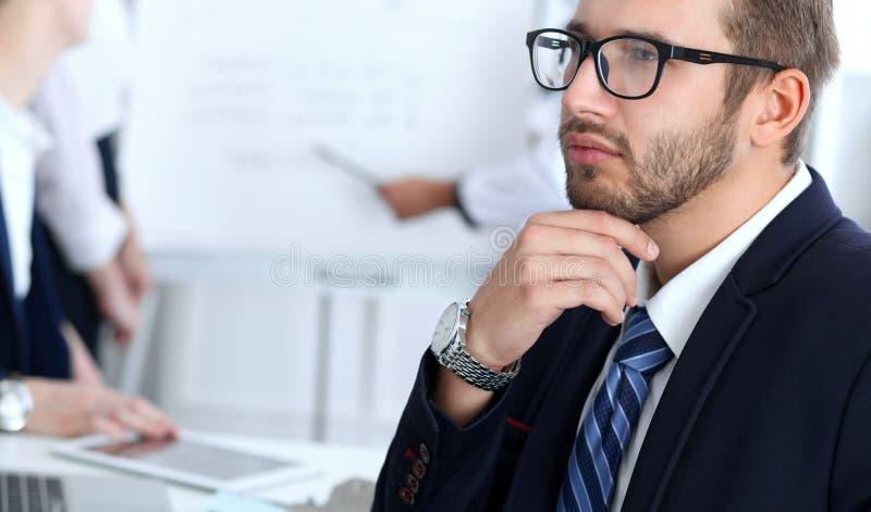 Επιχειρηματίες στη συνάντηση στην αρχή Εστίαση στο εύθυμο χαμογελώντας γενειοφόρο άτομο που φορά τα γυαλιά Διάσκεψη, εταιρική στοκ φωτογραφία με δικαίωμα ελεύθερης χρήσης