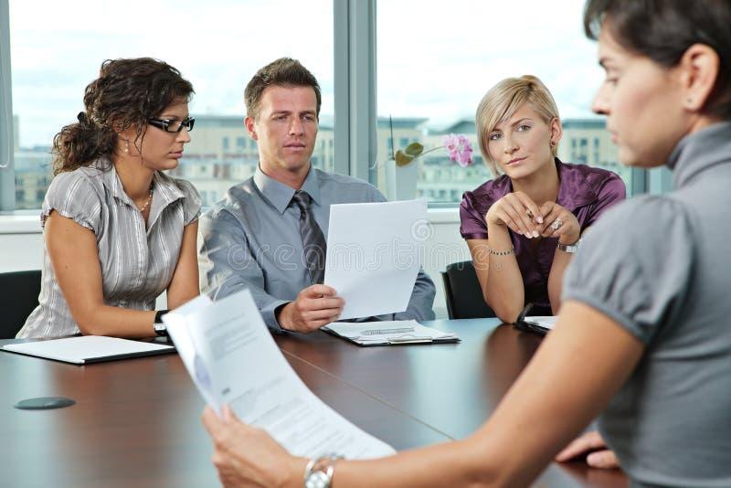 Επιχειρηματίες στη συνέντευξη εργασίας στοκ εικόνες