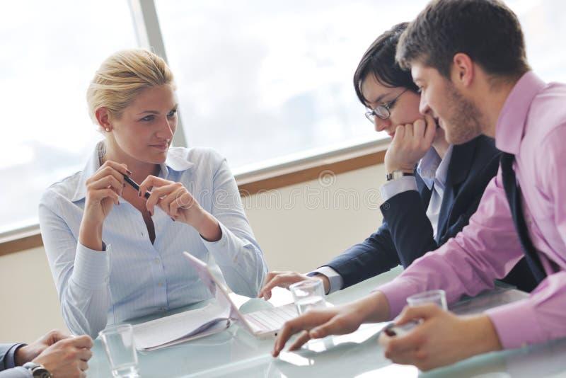 Επιχειρηματίες στη συνεδρίαση στοκ εικόνα