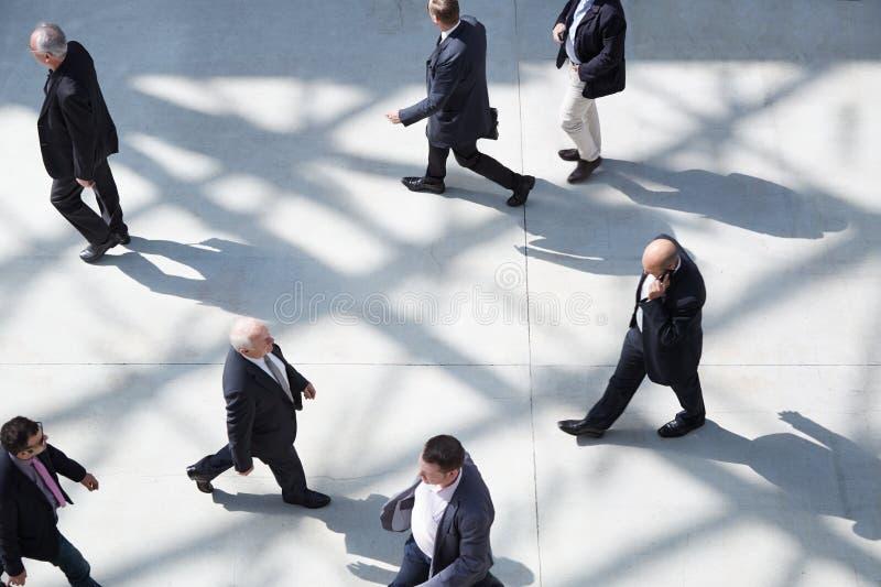 Επιχειρηματίες στο δίκαιο περπάτημα στοκ φωτογραφίες