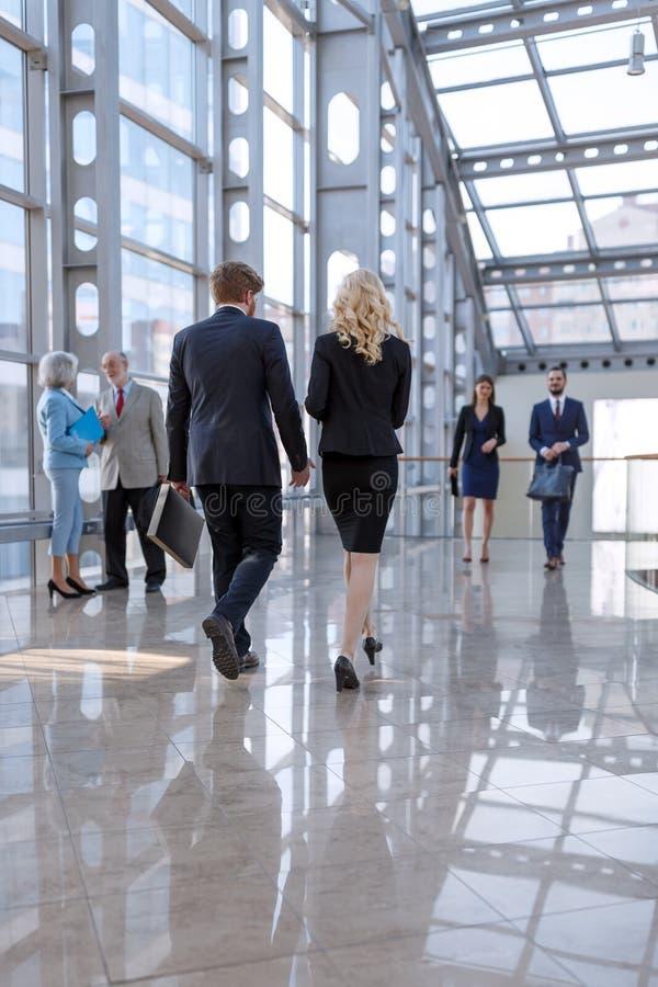 Επιχειρηματίες στο λόμπι στοκ φωτογραφία με δικαίωμα ελεύθερης χρήσης