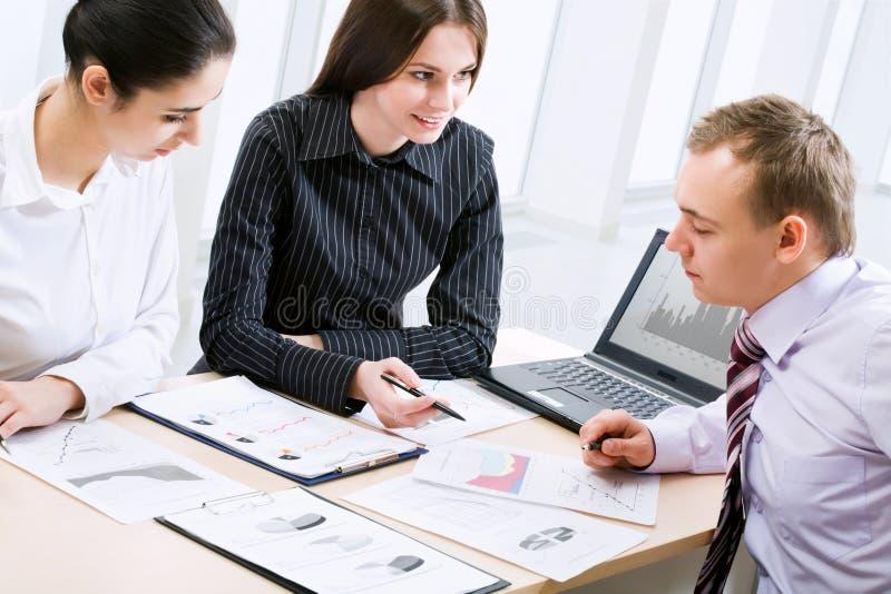 Download επιχειρηματίες στοκ εικόνες. εικόνα από lap, ευτυχής - 22782576