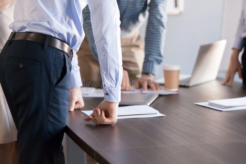 Επιχειρηματική μονάδα των συναδέλφων ανθρώπων γραφείων που εργάζονται μαζί, στηθόδεσμος στοκ εικόνα με δικαίωμα ελεύθερης χρήσης