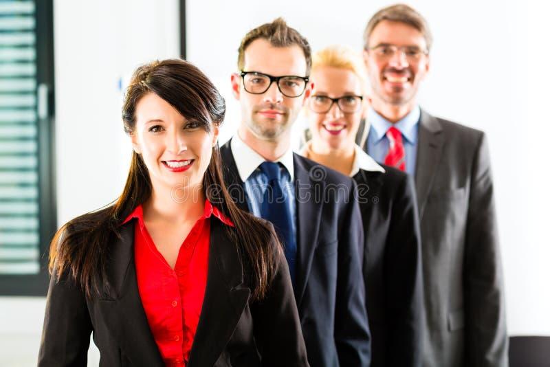 Επιχειρηματική μονάδα του businesspeople στην αρχή στοκ φωτογραφία με δικαίωμα ελεύθερης χρήσης