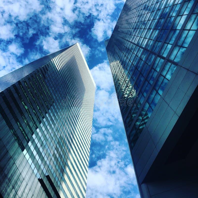 Επιχειρησιακά κτήρια ουρανοξυστών στο μπλε ουρανό με τα σύννεφα στοκ εικόνα με δικαίωμα ελεύθερης χρήσης