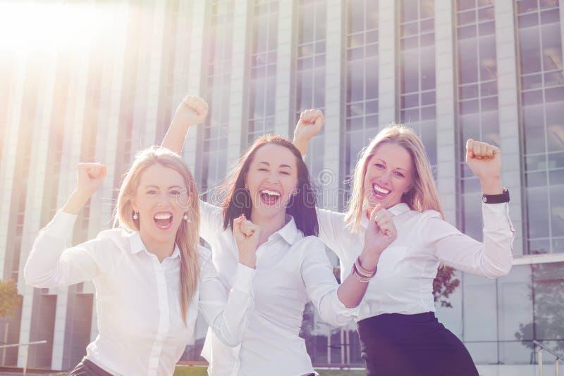 Επιχειρησιακές γυναίκες που γιορτάζουν την επιτυχία τους στοκ εικόνα