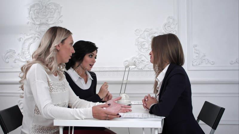 Επιχειρησιακές γυναίκες που εργάζονται και που συζητούν μαζί στη συνάντηση στην αρχή στοκ φωτογραφίες
