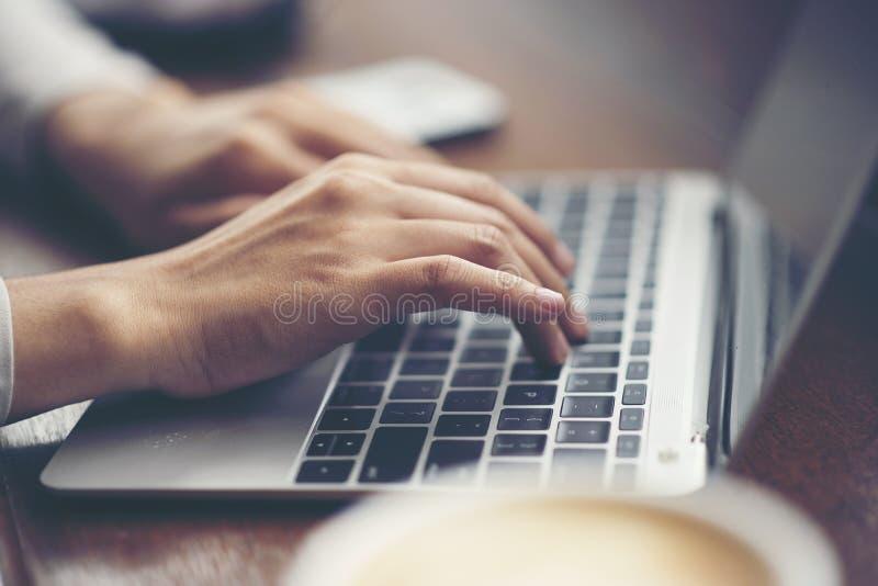 επιχειρησιακές γυναίκες που εργάζονται με το lap-top, σε απευθείας σύνδεση επιχειρησιακό μάρκετινγκ ομο στοκ εικόνες με δικαίωμα ελεύθερης χρήσης