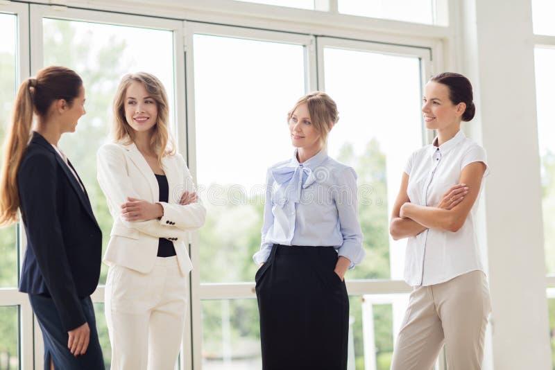 Επιχειρησιακές γυναίκες που συναντιούνται στο γραφείο και την ομιλία στοκ εικόνα