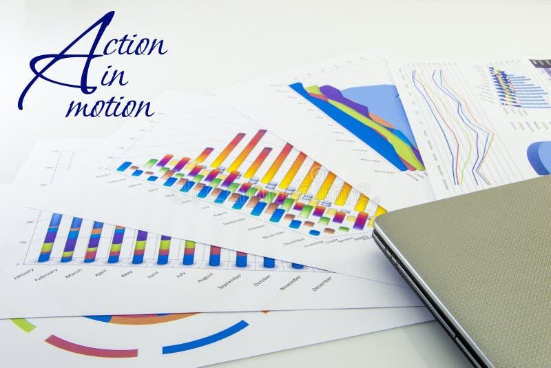 Επιχειρησιακές ετήσια έκθεση, lap-top και μάνδρα με το άσπρο υπόβαθρο στοκ εικόνες