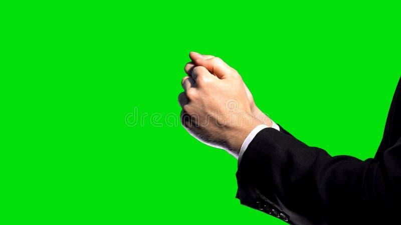 Επιχειρησιακές κυρώσεις, σφιγγμένες πυγμές στο πράσινο υπόβαθρο οθόνης, οικονομική σύγκρουση στοκ εικόνες