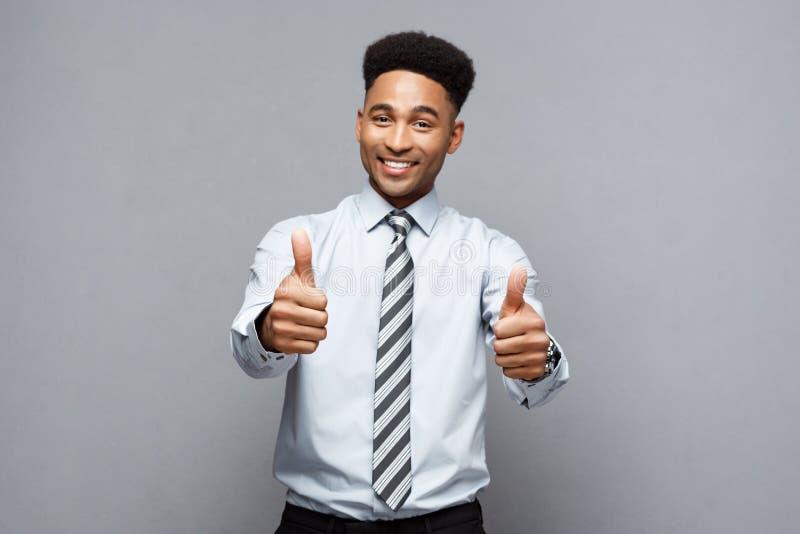 Επιχειρησιακή έννοια - επιτυχής επιχειρηματίας αφροαμερικάνων που παρουσιάζει πλήγμα μπροστά από τον στοκ φωτογραφία με δικαίωμα ελεύθερης χρήσης