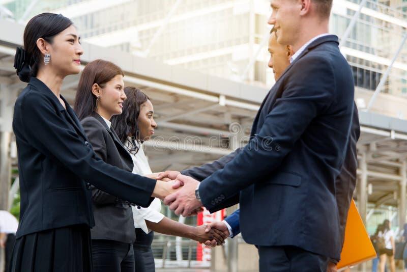 Επιχειρησιακή έννοια - επιχειρηματίες που μιλούν και που τινάζουν το χέρι που δημιουργεί στοκ εικόνες
