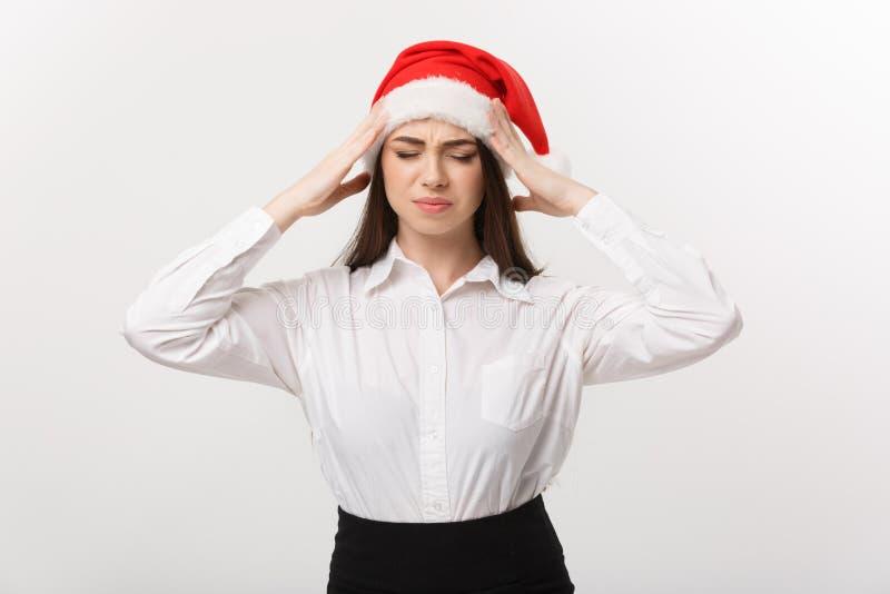 Επιχειρησιακή έννοια - η σύγχρονη καυκάσια επιχειρησιακή γυναίκα στο θέμα Χριστουγέννων με σοβαρό στοχαστικό θέτει στοκ φωτογραφία με δικαίωμα ελεύθερης χρήσης