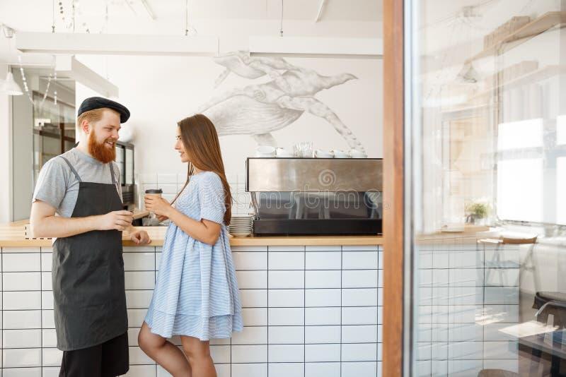 Επιχειρησιακή έννοια καφέ - νέο έξυπνο γενειοφόρο bartender απολαμβάνει και δίνοντας πάρτε μαζί το φλιτζάνι του καφέ αρκετά στοκ φωτογραφίες με δικαίωμα ελεύθερης χρήσης