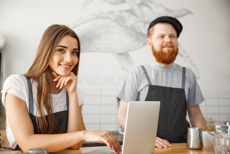 Επιχειρησιακή έννοια καφέ - πορτρέτο των μικρών συνέταιρων που εργάζονται μαζί στη καφετερία τους στοκ φωτογραφίες