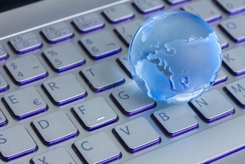 Επιχειρησιακή έννοια με τη σφαίρα στο πληκτρολόγιο lap-top στοκ εικόνα