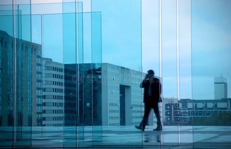 Επιχειρησιακή έννοια με τον επιχειρηματία στο κτήριο γραφείων στοκ φωτογραφίες