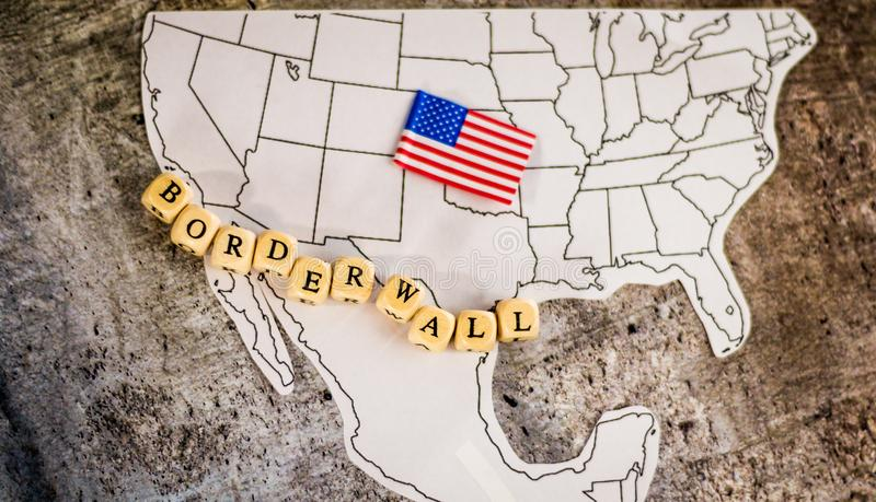 Επιχειρησιακή έννοια τοίχων συνόρων με το χάρτη των Ηνωμένων Πολιτειών και του Μεξικού στοκ εικόνα
