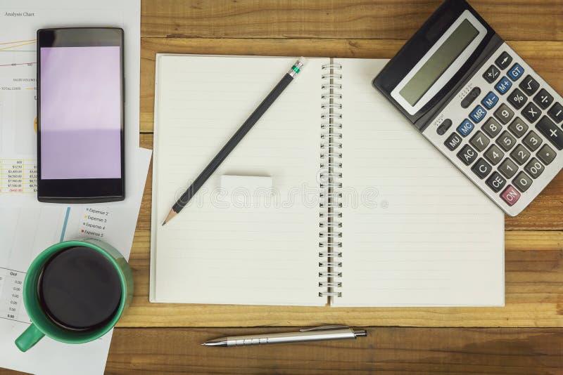 Επιχειρησιακή έννοια του γραφείου που λειτουργεί, κενό σημειωματάριο με το επιχειρησιακό υπόβαθρο, εκλεκτής ποιότητας επίδραση στοκ εικόνα