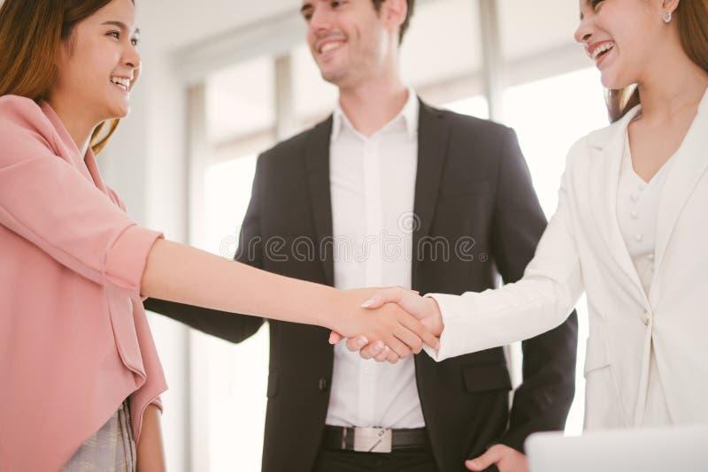 Επιχειρησιακή έννοια χειραψιών το τίναγμα επιχειρησιακών γυναικών παραδίδει το γραφείο στοκ φωτογραφία