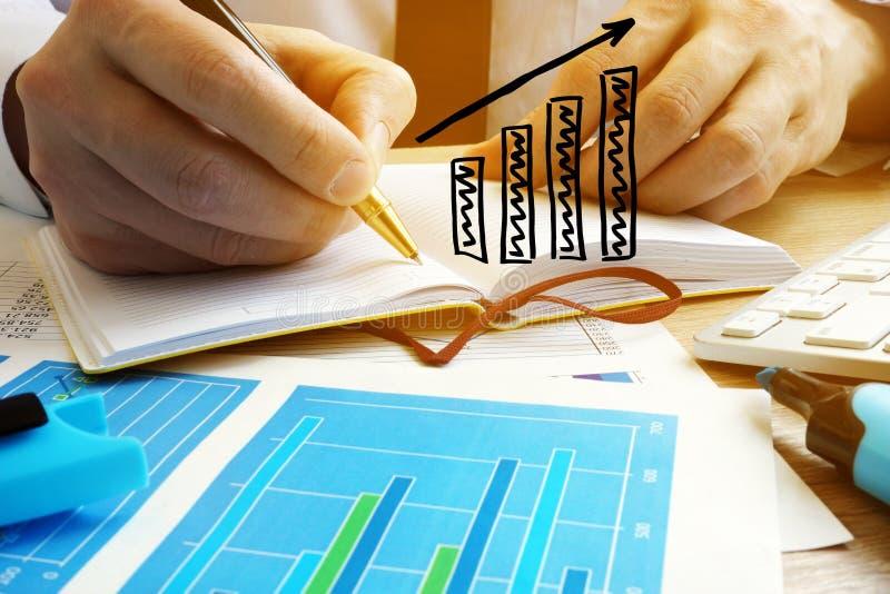 Επιχειρησιακή ανάπτυξη Ο επιχειρηματίας αναλύει τα χρηματοοικονομικά αποτελέσματα στοκ εικόνες