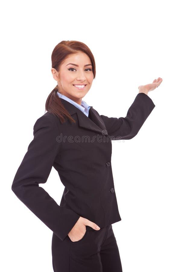 επιχειρησιακή βέβαια παρουσιάζοντας γυναίκα στοκ φωτογραφία