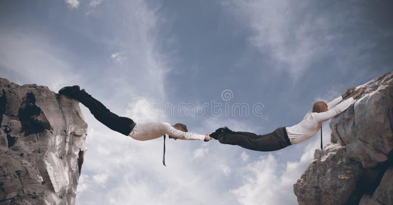 Επιχειρησιακή γέφυρα. Έννοια της συνεργασίας στοκ φωτογραφία με δικαίωμα ελεύθερης χρήσης