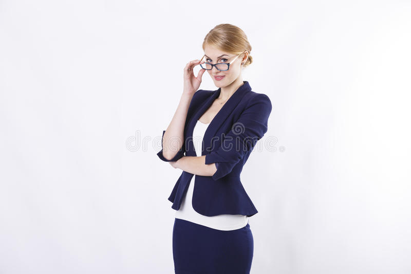 Επιχειρησιακή γυναίκα με τα γυαλιά στο σακάκι με τα γυαλιά που προσέχει σε σας στοκ εικόνες