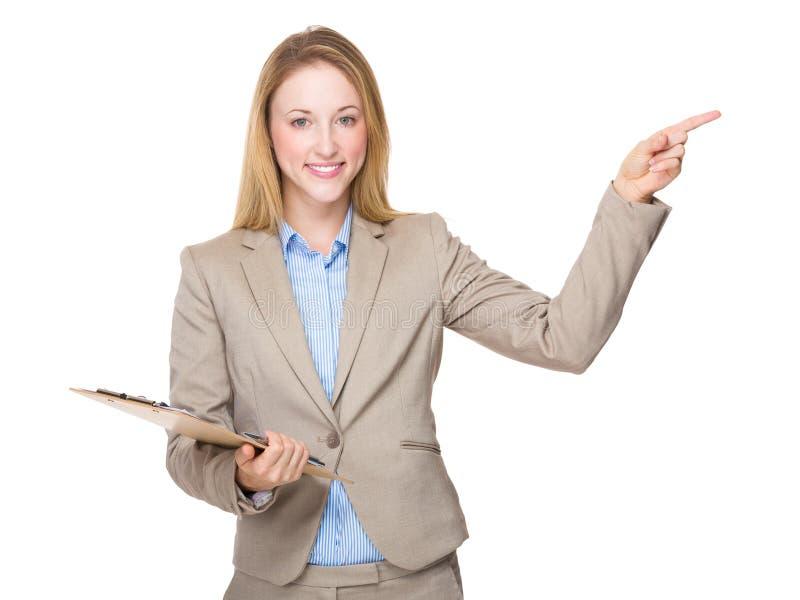 Επιχειρησιακή γυναίκα με την περιοχή αποκομμάτων και το δάχτυλο επάνω στοκ φωτογραφία