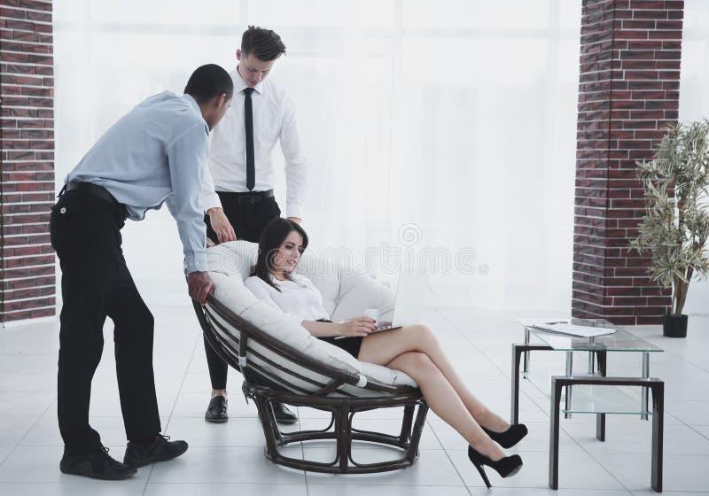 Επιχειρησιακή γυναίκα με τους συναδέλφους που συζητούν τα ζητήματα εργασίας, στοκ εικόνες