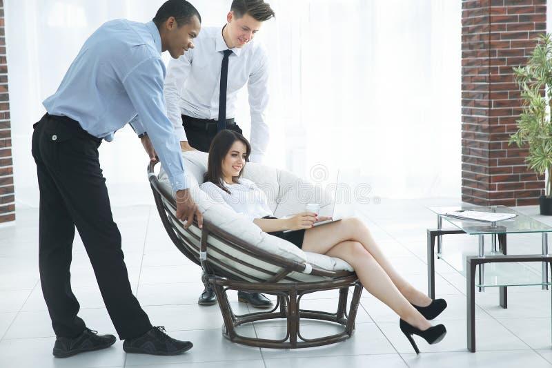 Επιχειρησιακή γυναίκα με τους συναδέλφους που συζητούν τα ζητήματα εργασίας, στοκ εικόνα με δικαίωμα ελεύθερης χρήσης