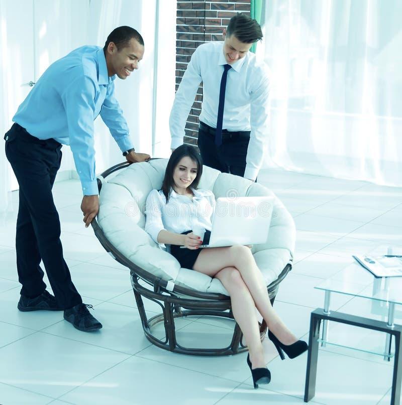 Επιχειρησιακή γυναίκα με τους συναδέλφους που συζητούν τα ζητήματα εργασίας, στοκ εικόνα