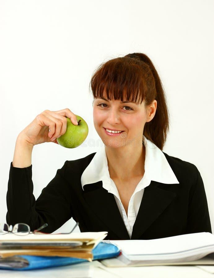 Επιχειρησιακή γυναίκα με το μήλο στοκ εικόνες