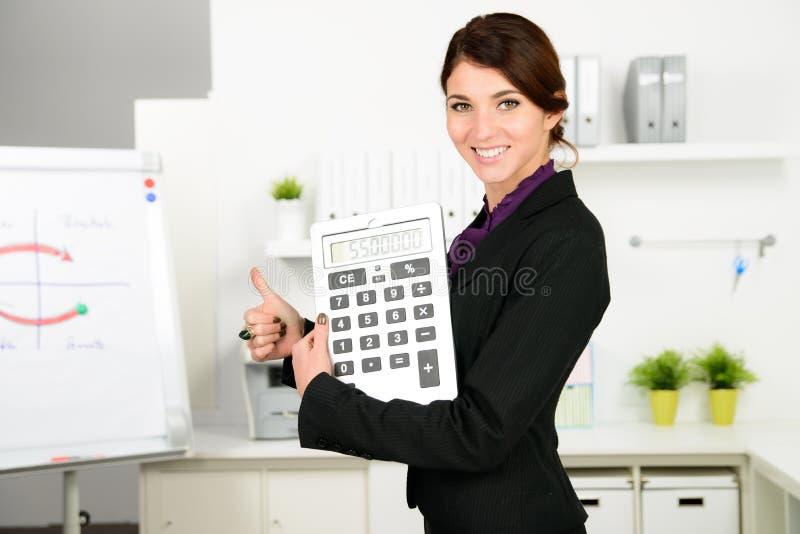 Επιχειρησιακή γυναίκα με το μεγάλο υπολογιστή στοκ εικόνα