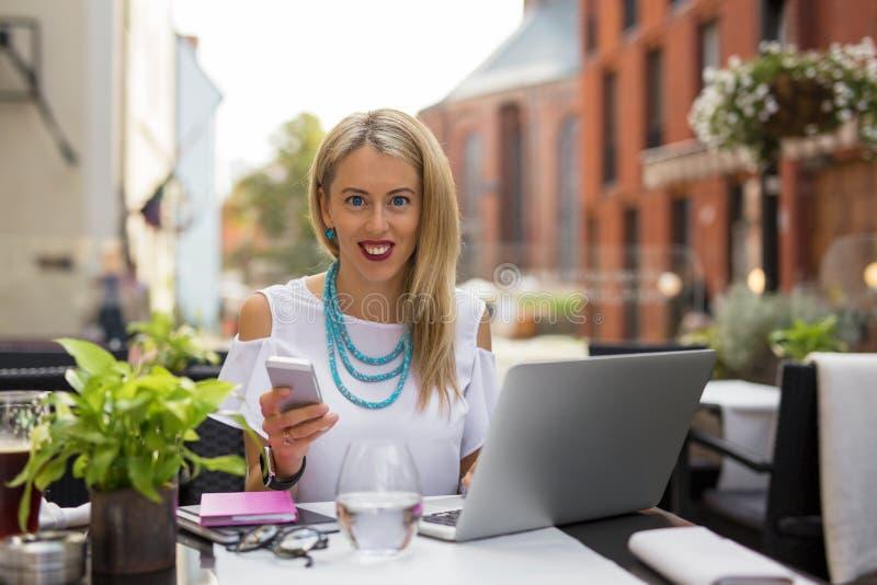 Επιχειρησιακή γυναίκα με το lap-top και το smartphone στοκ φωτογραφία με δικαίωμα ελεύθερης χρήσης
