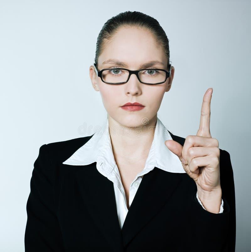 Επιχειρησιακή γυναίκα παραμανών δασκάλων που δείχνει επάνω το δάχτυλο στοκ φωτογραφία με δικαίωμα ελεύθερης χρήσης