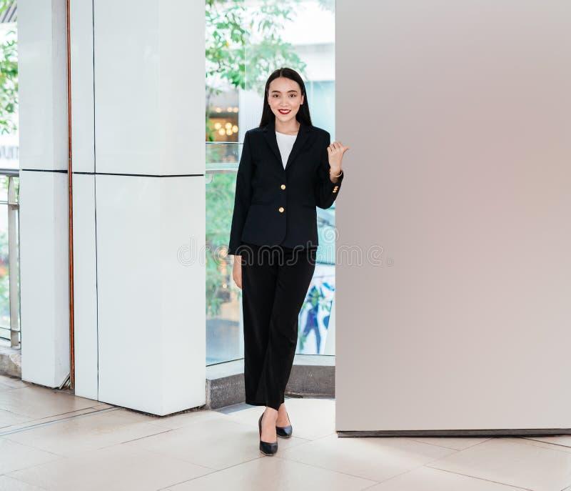 Επιχειρησιακή γυναίκα που δείχνει τον κενό πίνακα τον πίνακα διαφημίσεων στοκ εικόνα