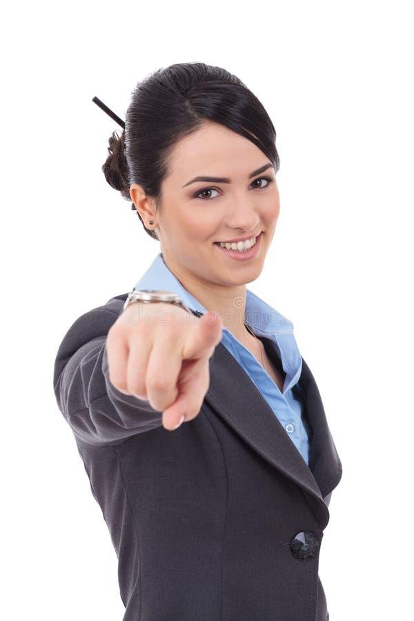 Επιχειρησιακή γυναίκα που δείχνει το δάχτυλό της στοκ εικόνα με δικαίωμα ελεύθερης χρήσης